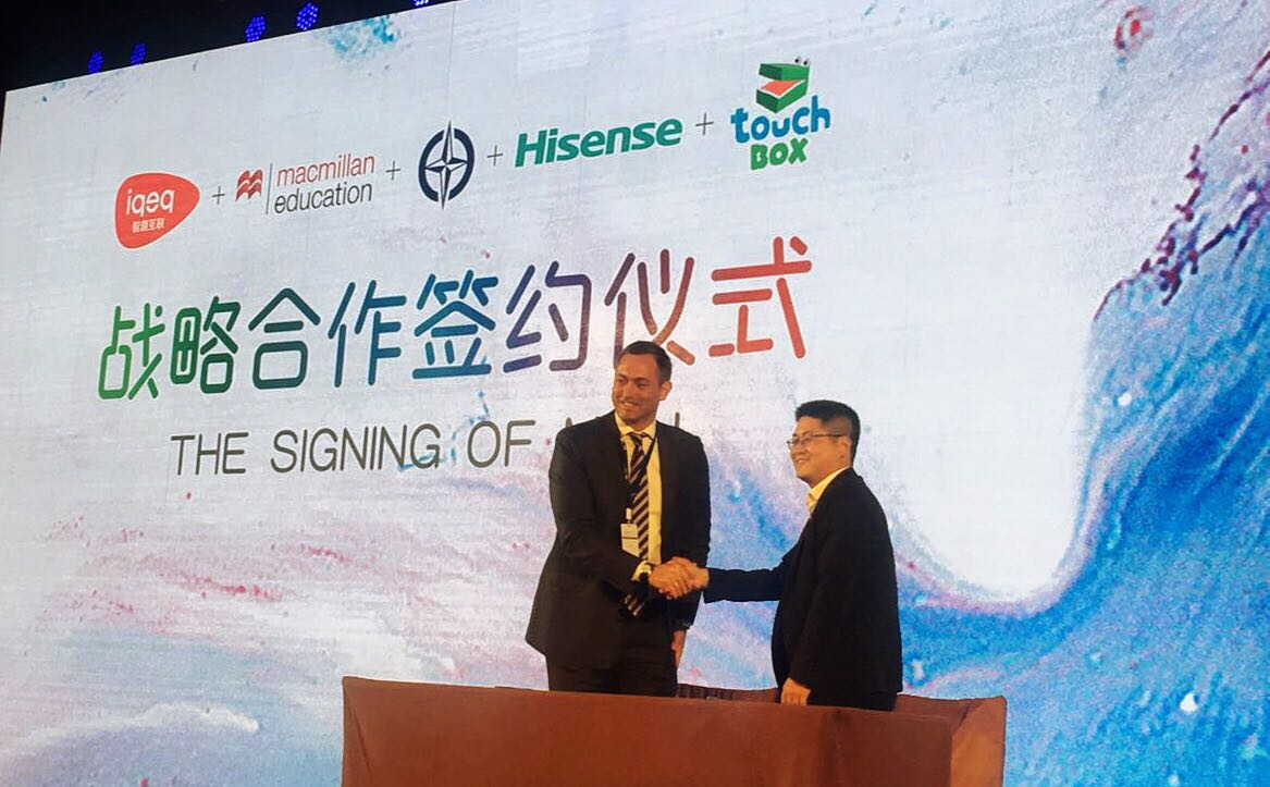 Macmillan Education Asia Regional Director Thomas Hayton signed a strategic partnership agreement with Liang Wei, vice president of IQEQ, in Qingdao.
